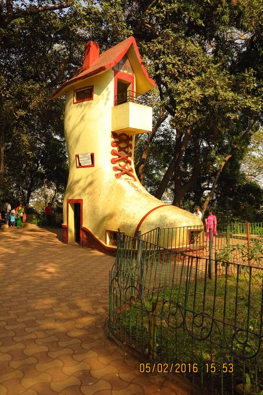 Picnic to Hanging Garden - children hiding in Old Lady Shoes